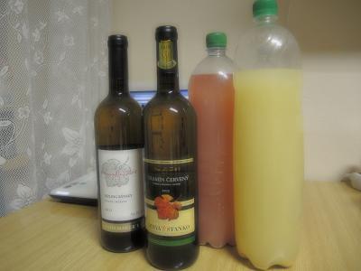 左:スロバキアワイン 右:ワインの若酒Burčiak