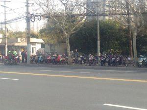 歩道に並ぶ大量の電動バイク