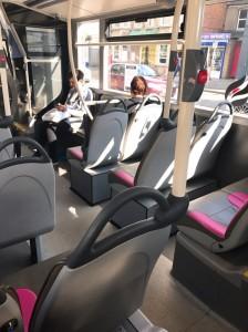 登校中のバスの車内の様子
