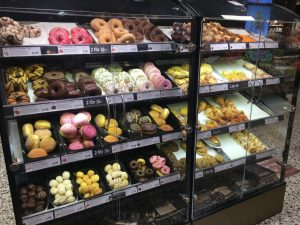 どのスーパーにもある、甘いパンコーナー