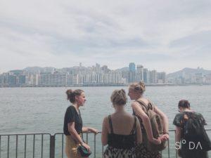 少し歩いて見える香港の景色
