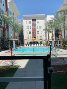 アパートの敷地内にあるプールです。